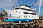 Самая большая яхта Черноморской Яхтенной Верфи коснулась воды